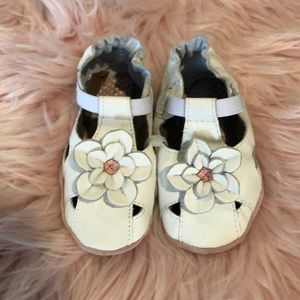NWOT Robeez baby girl white and pink buckle shoes